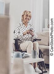 porter, collègue, femme, elle, texting, beige, pantalon