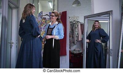 porter, cousu, client, gai, atelier, nouvelle robe