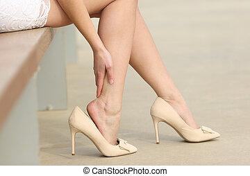 porter, femme, élevé, toucher, talons, jambes, douloureux