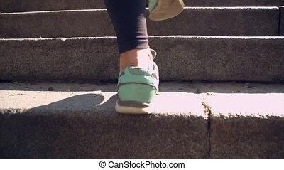 porter, femme, escaliers haut, vêtements de sport