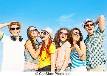 porter, groupe, gens, jeune, lunettes soleil, chapeau