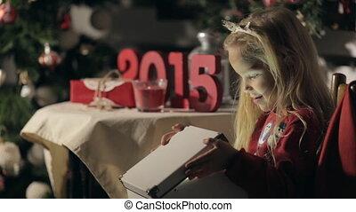 porter, mignon, peu, magie, chandail, boîte, longs cheveux, année, sombre, nouveau, girl, snowmen, ouvre