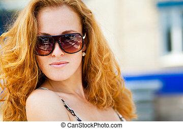 porter, portrait, lunettes soleil, femme, mode