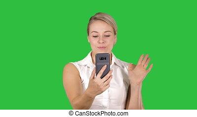 porter, rose, marche, femme, appeler, chroma, écran, téléphone, vert, key., confection, vidéo, intelligent
