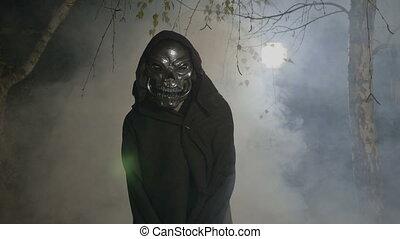 porter, skelton, manteau, film, halloween, masque, scène, appareil photo, adulte, brumeux, effrayant, forêt