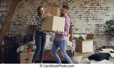portion, sien, gens, choses, concept., relocalisation, quoique, him., leur, boîtes, porter, en mouvement, séduisant, chambre à coucher, petite amie, nouveau, type, couple, maison