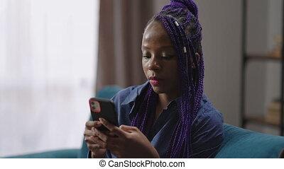 portrait, dame, joli, jeune, smartphone, dreadlocks, femme, utilisation, nigérien, étudiant, messager, maison