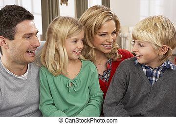 portrait, famille heureuse, maison