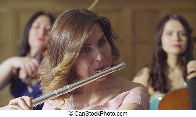 portrait, femme, jeune, flûte, jouer