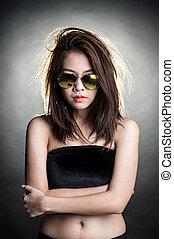 portrait, femme, lunettes soleil, mode
