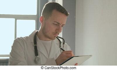 portrait, hôpital, stéthoscope, couloir, docteur