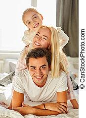 portrait, heureux, lit, famille