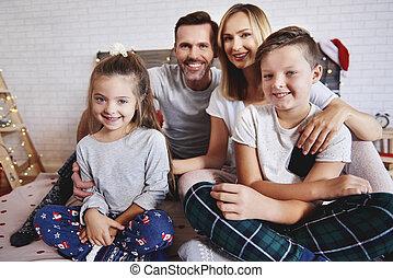 portrait, heureux, lit, noël famille