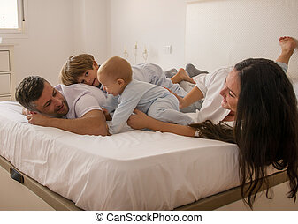 portrait, heureux, pyjamas, bed., famille, porter