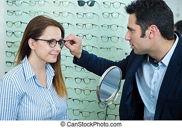portrait, lunettes, magasin, femme, choisir