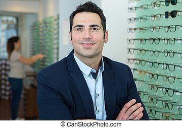 portrait, magasin, optométriste, debout, homme, confiant, sien