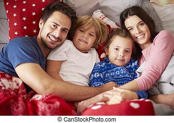 portrait, noël, lit, temps famille