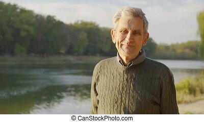 portrait, outdoor., grand-père, appareil-photo., personnes agées, maîtres, heureux, espèce, fin, sourires, homme