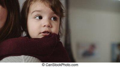 portrait, peu, mom., mignon, jouer, rigolote, enfantqui commence à marcher, girl