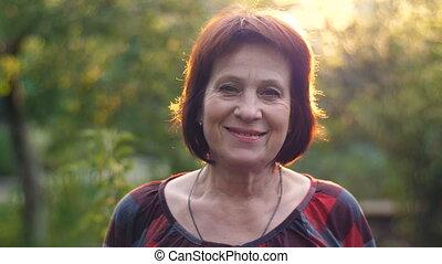 portrait, sourire, vieilli, femme