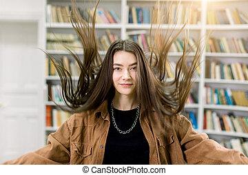 poser, brun, portrait, femme, haut, elle, chemise, charmer, long, lecture, directement, jeune, salle, bibliothèque, fond, lancer, cheveux