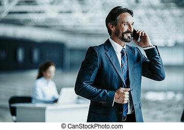 positif, homme affaires, parler, téléphone