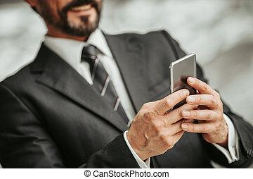 positif, homme affaires, téléphone, dactylographie