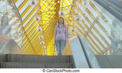 position femme, sommet, escalator, jeune