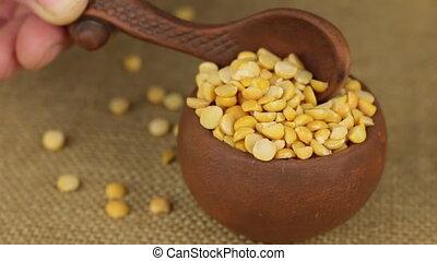 pot, pois, verser, main, tourner, cuillère, grain, argile