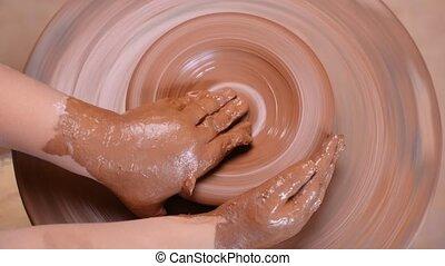 poterie, céramique, amende, main, développement, enfant, potier, artiste, roue, métier, techniques, fin, créatif, shaping., moteur, sommet, pot, workshop., vue, mains, argile, art., haut