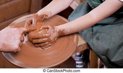 poterie, céramique, main, enfant, mentoring, potier, artiste, roue, gosses, fin, créatif, formation, education., kid., pot, workshop., mains, argile, enseignement, art, craft., haut