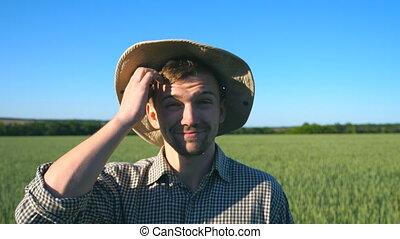 pré, confondu, douteux, portrait, grattement, fin, debout, day., ciel, jeune regarder, champ, appareil photo, paysan, bleu, sien, blé, sous, ensoleillé, fond, homme, haut, vert, head., mâle