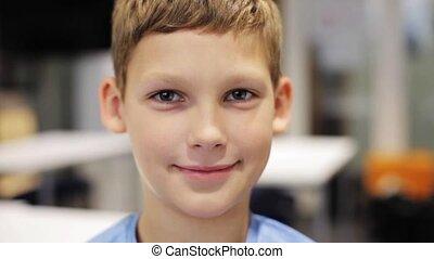 préadolescent, garçon, école, sourire heureux