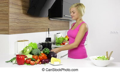 préparer, recette, jeune regarder, dîner, jolie fille