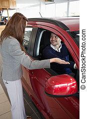 présentation, voiture, client, femme affaires