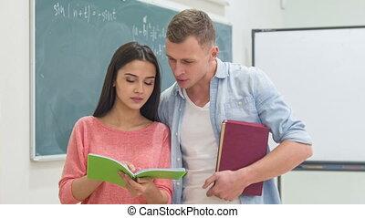 prêt, pratique, lesson., deux, étudiants, obtenir