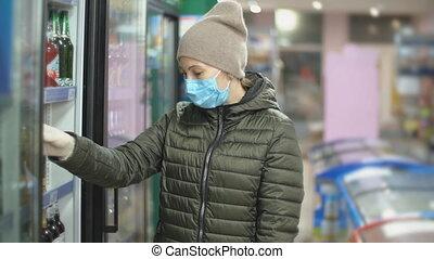 prend, masque, femme, marchandises, réfrigérateur