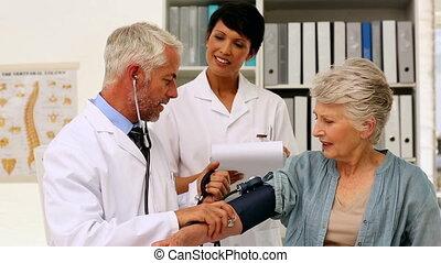 prendre, docteur, tension artérielle