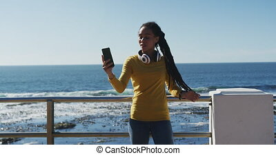 prendre, selfie, smartphone, utilisation, femme, promenade, américain, africaine, mer