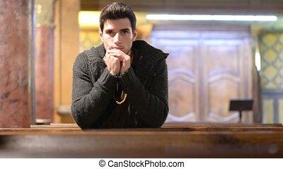 prier, jeune homme, église