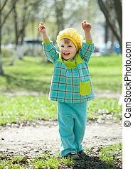printemps, enfantqui commence à marcher, heureux
