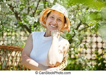 printemps, jardin, femme, heureux, mûrir