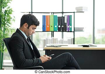 prise notes, business, sien, mobile, homme, considéré, téléphone., sur, jeune