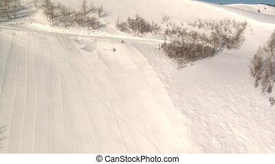 prise vue aérienne, snowboarder, skieur