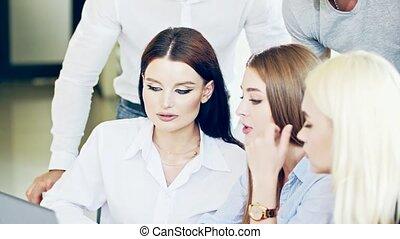 processus, conférer, laptop., devant, beau, impliqué, employés, groupe, foyer, business, jeune dame