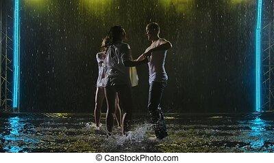 professionnel, danse, surface, lent, sombre, water., studio, femmes, danse, latino, salsa, silhouette, gouttes pluie, pratique, arrière-plan., deux, passionné, enfumé, homme, danseurs, mouvement