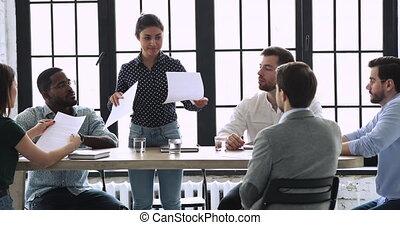 professionnel, donner, réunion, femme affaires, équipe, indien, directeur, papiers