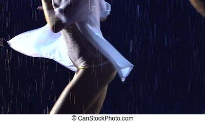 professionnel, fin, sombre, gouttes, danseurs, lent, pluie, torse, brillant, dance., couple, latin, homme, belle femme, danse, studio, salsa, motion., arrière-plan., haut