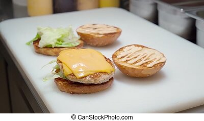 professionnel, restaurant, fin, cuisine, planche, plis, hamburger, haut, cuisinier