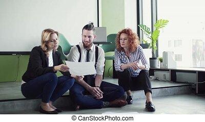 professionnels, parler., jeune, bureau, groupe, séance, plancher